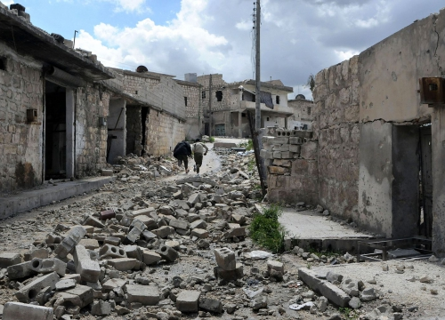 Syria, Aleppo, old city, at the frontline. Fighters of the Free Syrian Army run from possible sniper fire at a place that is exposed to government soldiers.
